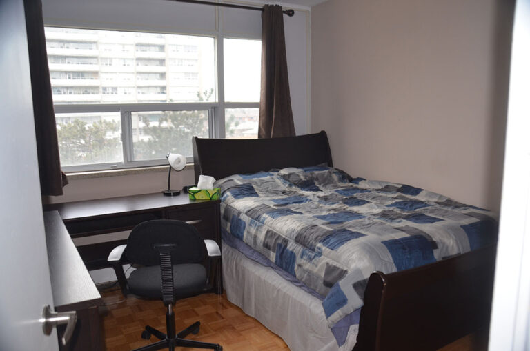 Cozy bedroom in three bedroom apartment near Keele & Wilson - Humber River Apartments