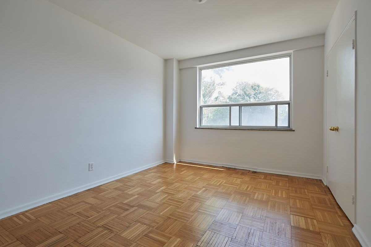 Large bedroom in one bedroom apartment - The Cottingham Manor near Avenue Road & Dupont