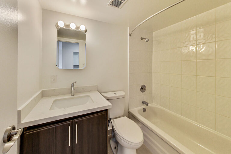 4 piece bathroom in jr. one bedroom apartment - The Summerhill at Yonge & St. Clair